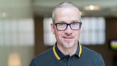 Mann mit schwarzer Brille
