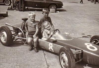 kinder in einem Rennwagen