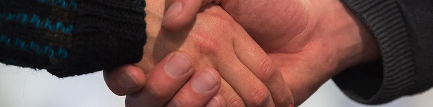 Eine Frau und ein Mann geben sich die Hand