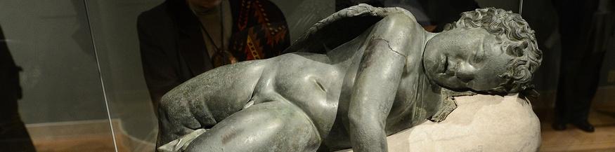 Museumspublikum vor einer liegenden Eros-Statue