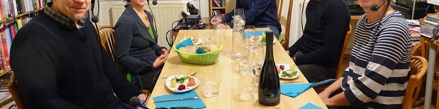 Vier Gäste am Tisch und Lothar Bodingbauer