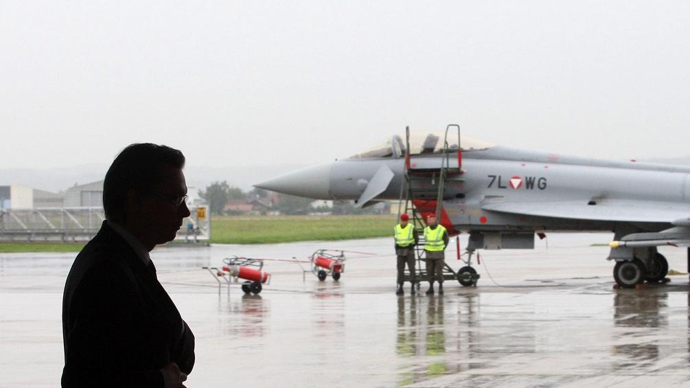 Norbert Darabos vor einem Eurofighter