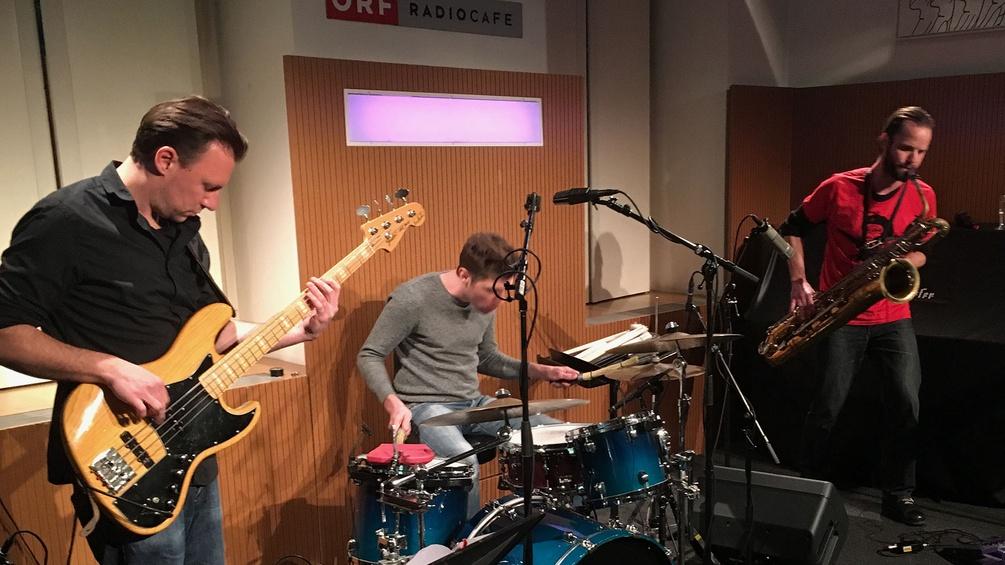 Bandleader Markus Ohler (Baritonsaxofon), Mathias Koch (Schlagzeug) und Bernd Satzinger (E-Bass