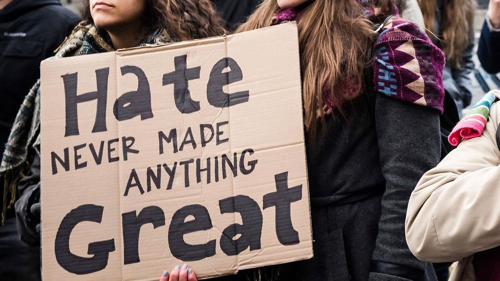 Frauen halten bei einer Demonstration ein Schild hoch