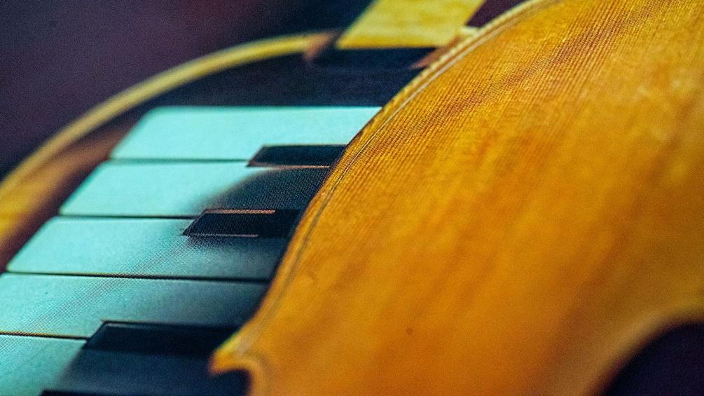 Plattencover, Geige und Klaviertasten