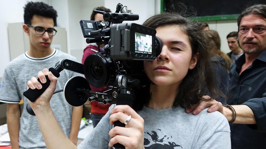 Schülerin mit Kamera
