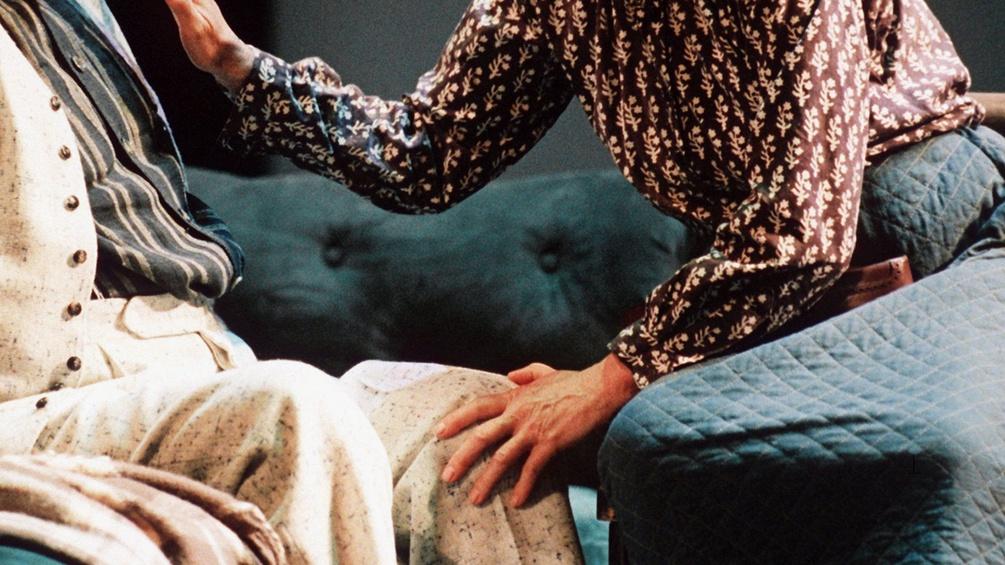Szene aus Onkel Wanja, Frau greift nach einem älteren Mann