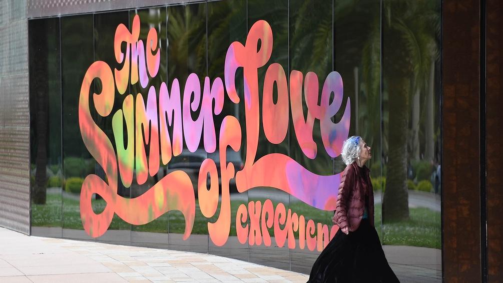 Eine Frau vor dem deYoung museum in San Francisco
