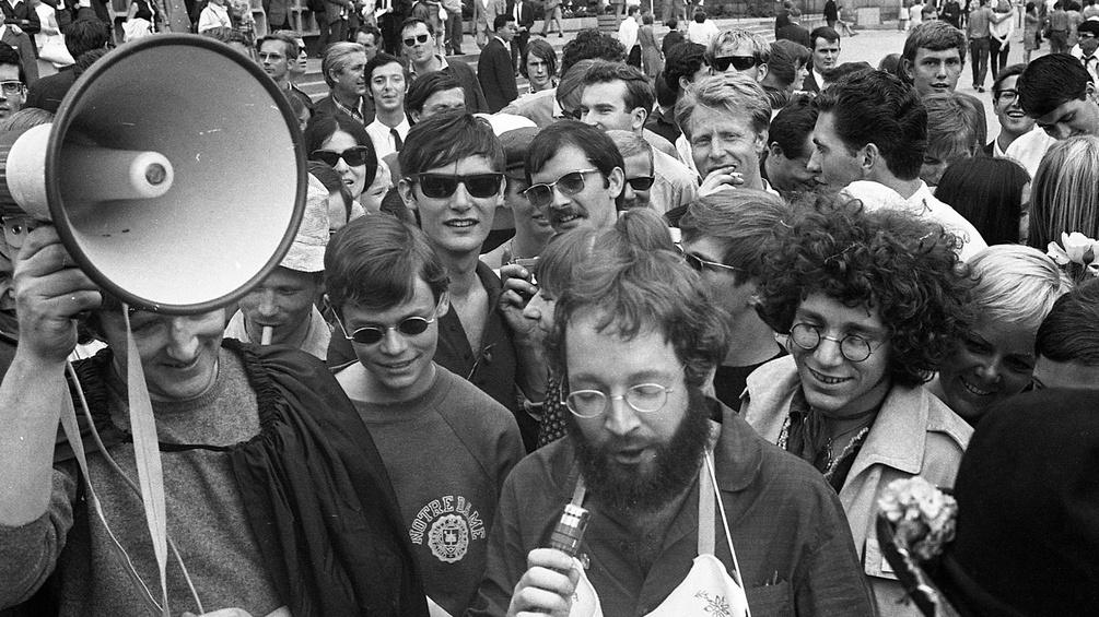 Fritz Teuferl und Rainer Langhans bei einer Kundgebung, 1967