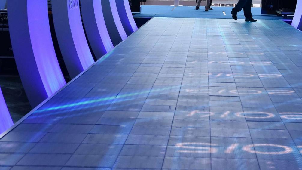 IT-Messe in China, Gang mit Lichtspielen