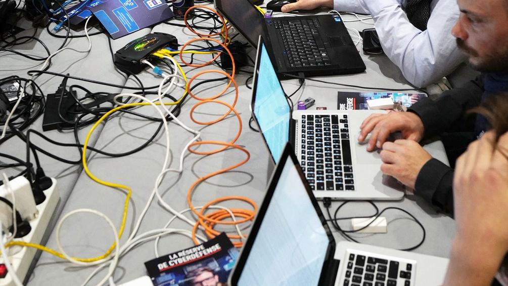 Menschen vor dem Laptop, viele Kabel