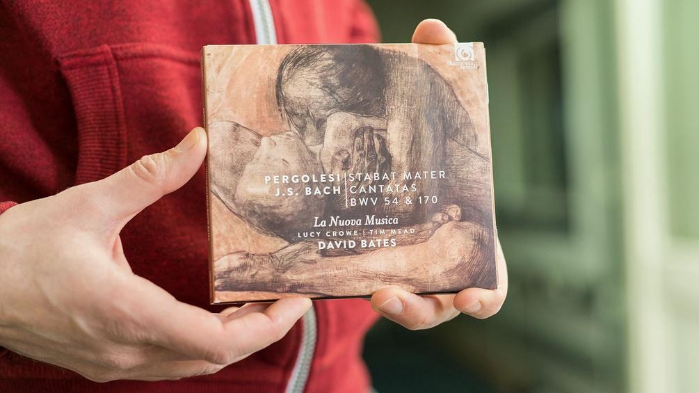 Rainer Elstner hält CD in der Hand