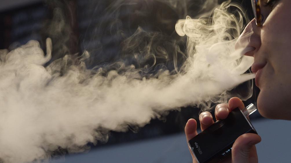 Eine Frau beim Rauchen einer E-Zigarette