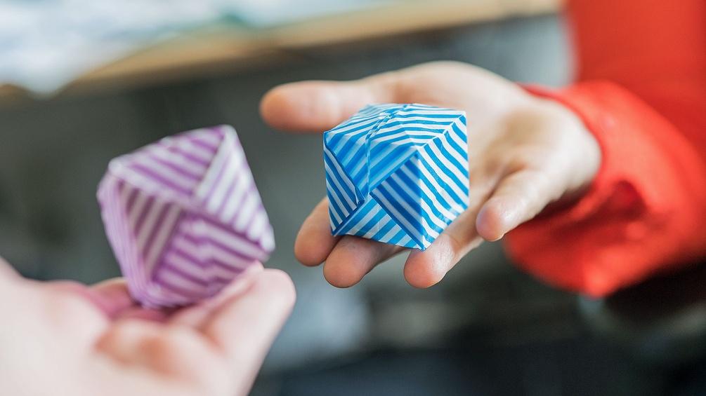 Zwei Origami-Würfel