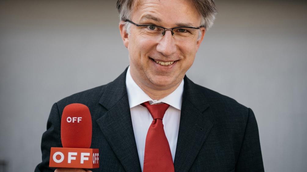 Peter Klien mit seinem roten OFF-Mikro