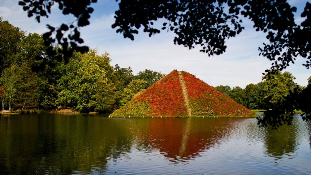 Pyramide in einem Landschaftsgarten