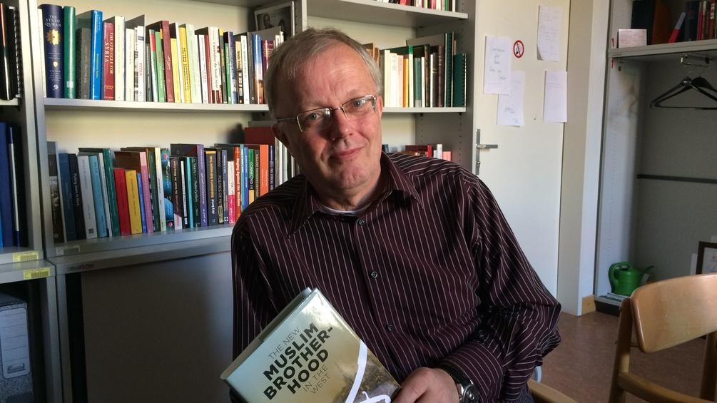 Islamwissenschafter Rüdiger Lohlker mit Buch seines Kollegen, Studien-Autor Lorenzo Vidino, über die Muslimbruderschaft