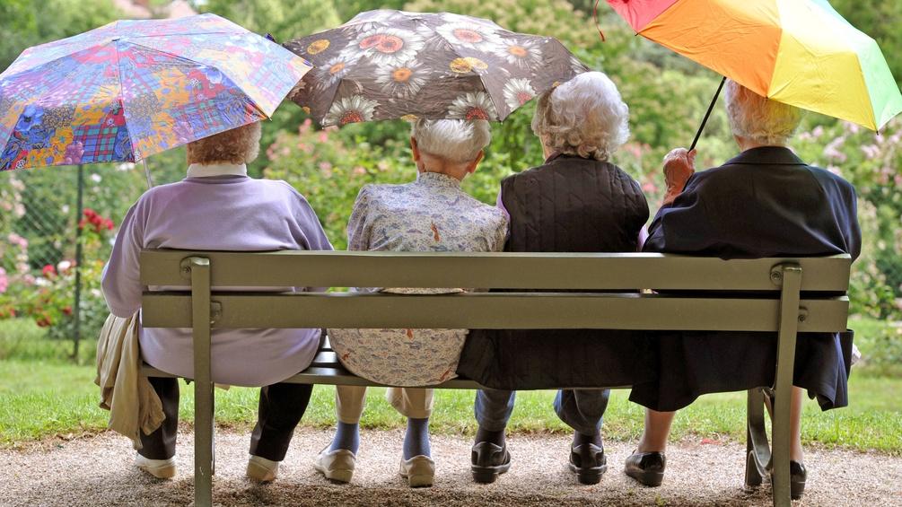 Vier Seniorinnen auf einer Parkbank