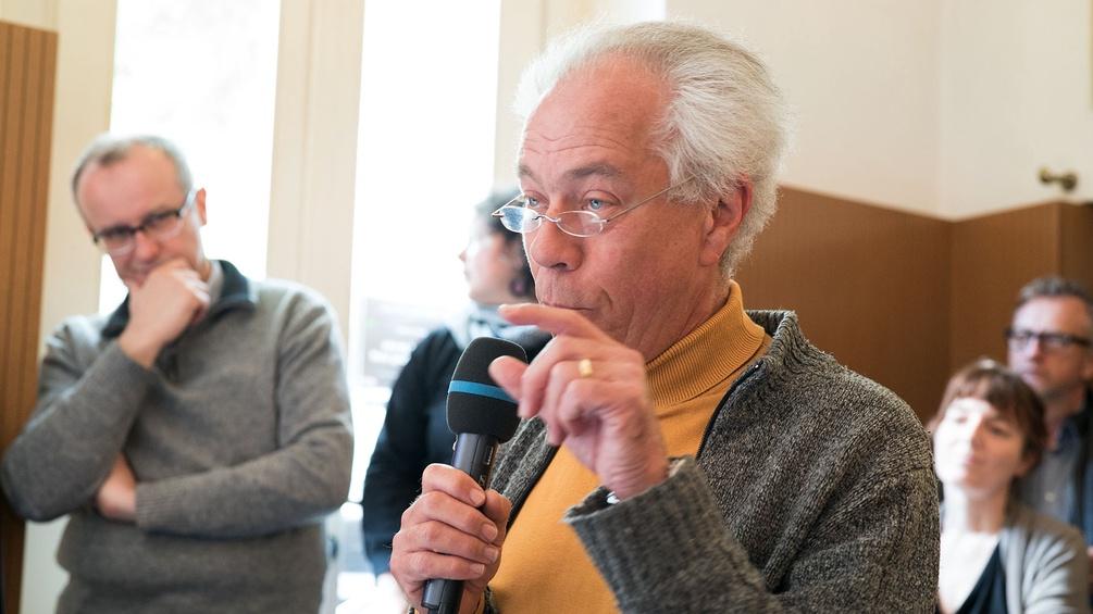 Ein älterer Herr spricht ins Mikrofon