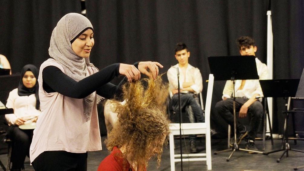 Flüchtlings- und Vermittlungsprojekt, Darstellerinnen auf der Bühne