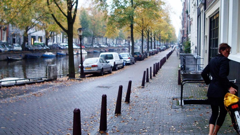 Frau mit Rad in Amsterdam