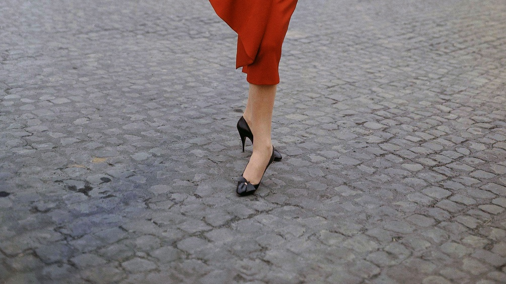 Italienisches Modell, schwarze Schuhe und rotes Kleid, 1957