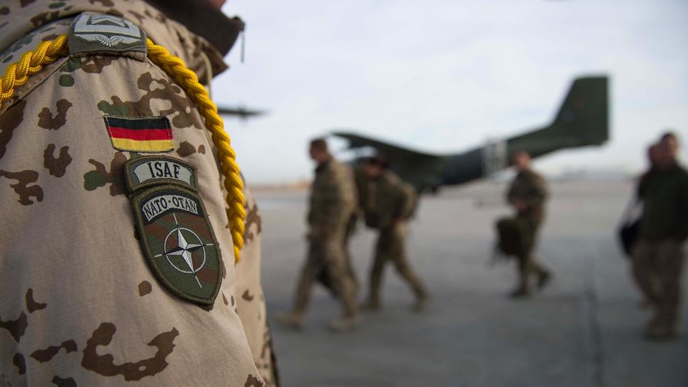 Bundeswehrsoldaten auf einem Flugfeld
