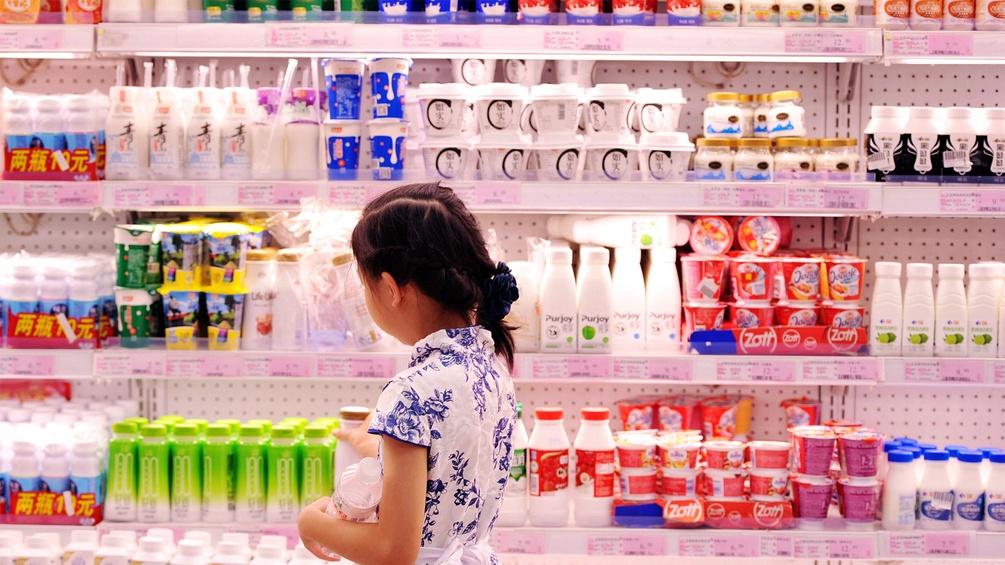 Mädchen vor einem Kühlregal