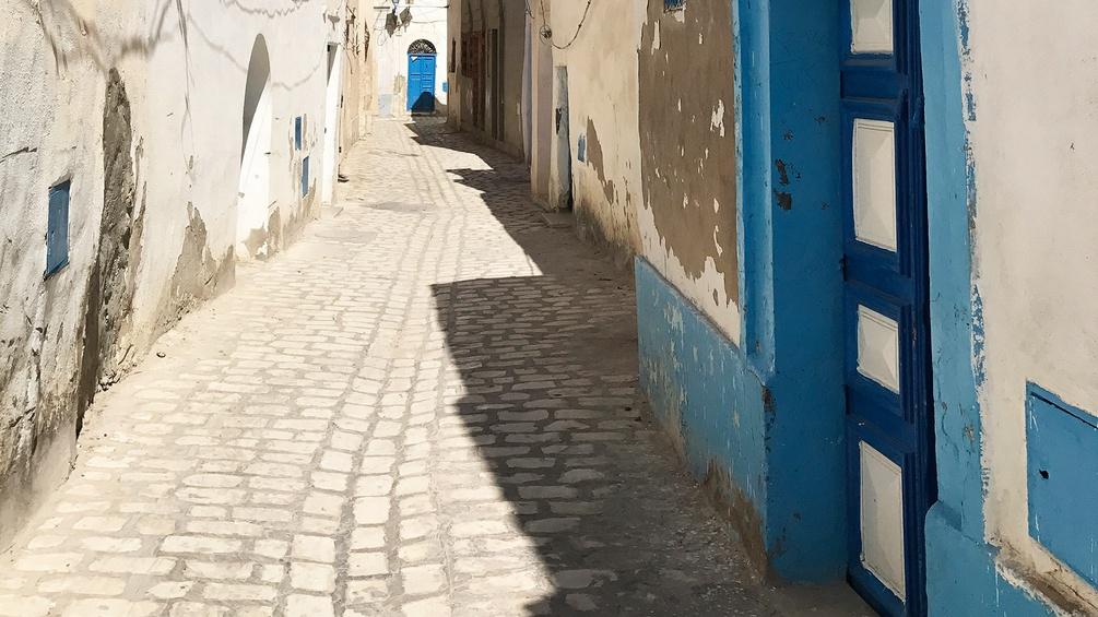 Kleiner Kopfsteinpflasterweg in Tunesien