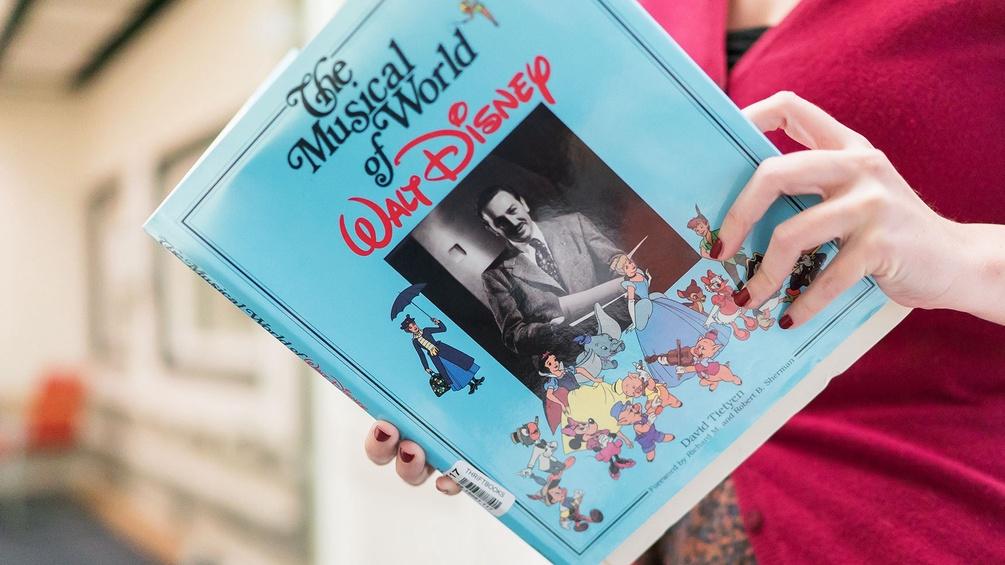 Walt-Disney-Buch in Händen