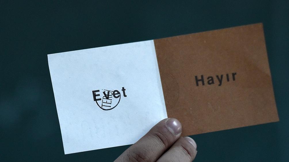 Ein Stimmzettel mit Ja und Nein