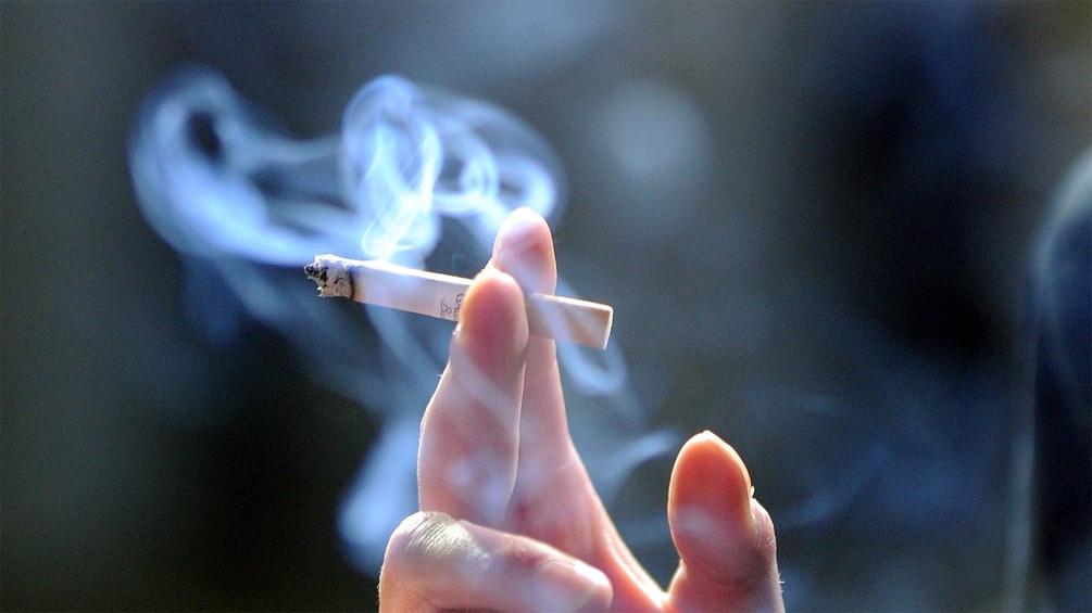 Eine Hand mit brennender Zigarette