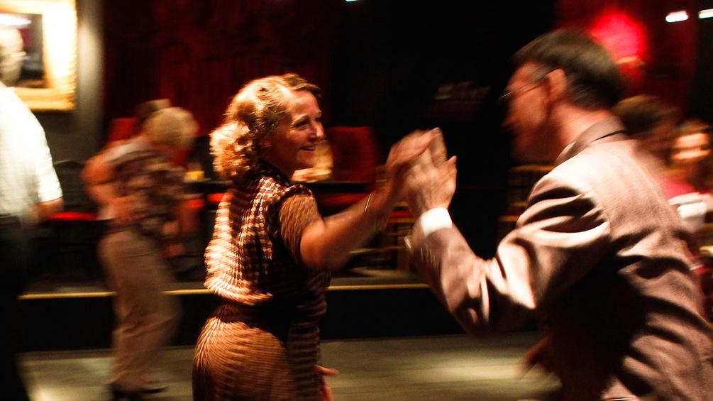 Tanzpaare im Stil der 20er Jahre
