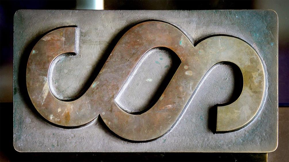 Messing-Türgriff in Form eines Paragrafenzeichens
