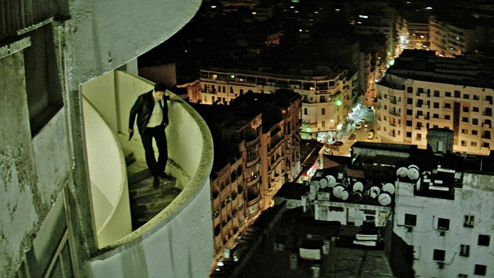 Mann auf der Außentreppe eines Hochhauses