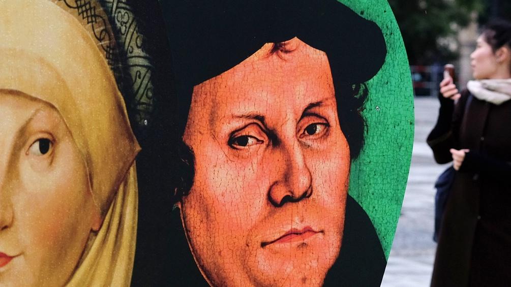 Großflächige Schautafeln mit dem Bildnis von Martin Luther und seiner Frau Katharina von Bora