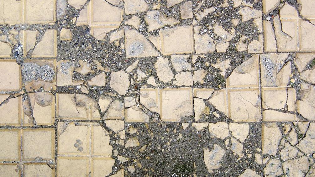 Zerstörte Bodenfliesen