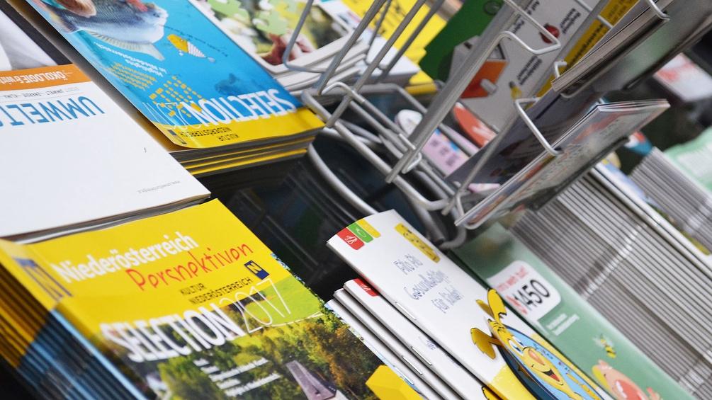 Zeitschriften und Folder auf einem Tisch
