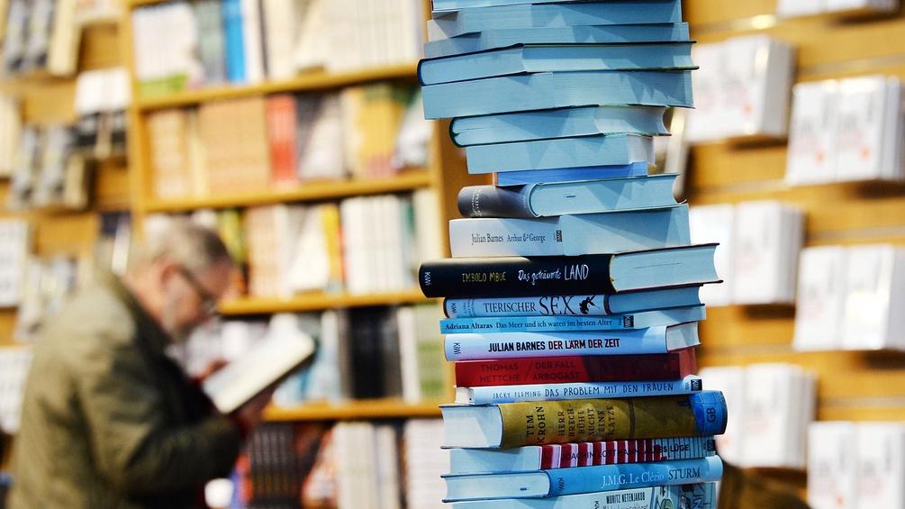 Bücherstapel bei der Leipziger Buchmesse