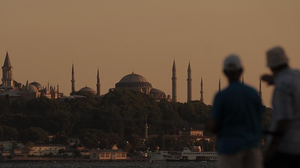 Personen unscharf vor Skyline Istanbul