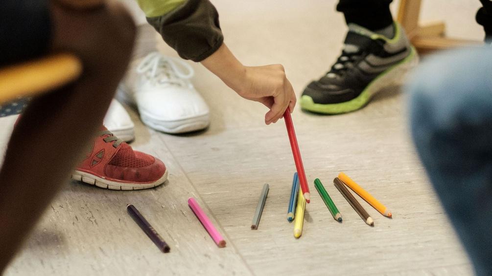 Schülerinnen im Klassenzimmer, Buntstifte