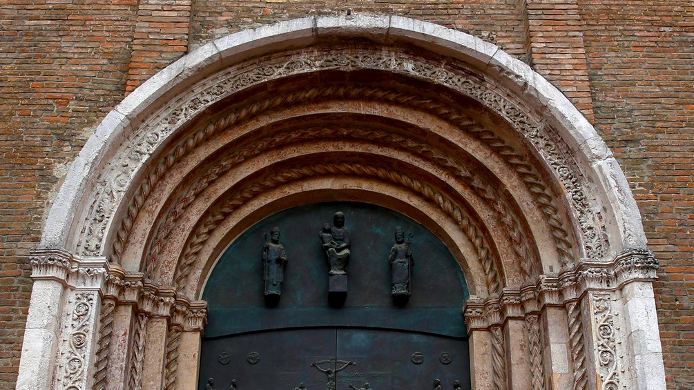 Eingangstor zur Kathedrale in Bologna