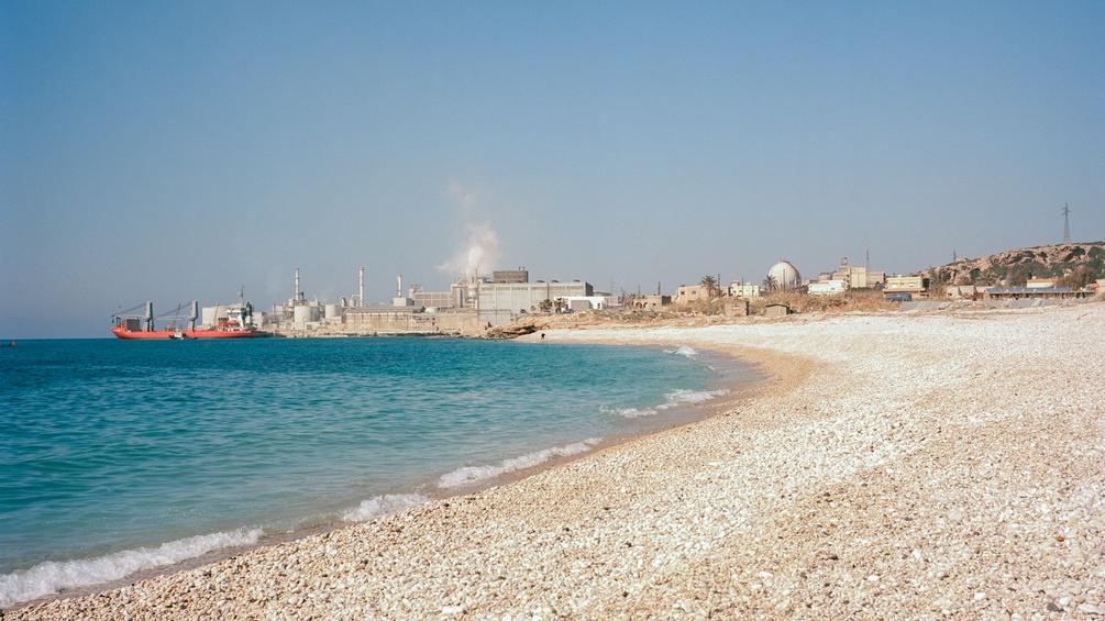 Strand und Zementfabrik nebeneinander. Umweltschutz befindet sich im Libanon noch in den Kinderschuhen.
