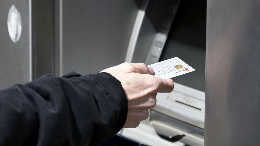 Männerhand mit Bankomatkarte