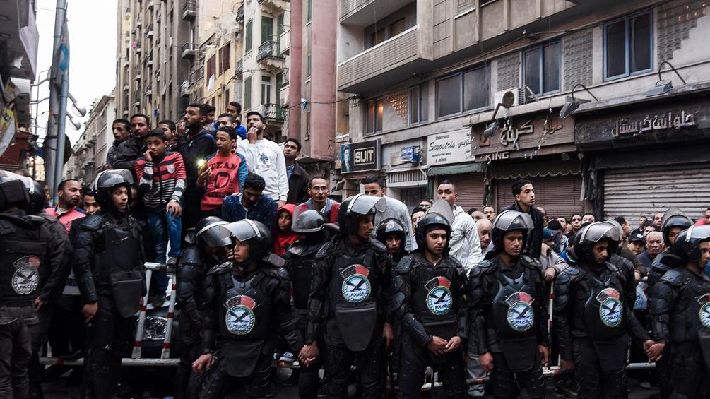 Ägyptische Polizisten vor einer Menschenmenge