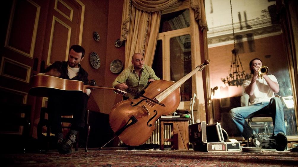 12.Sharif Sehanoui, Raed Yassin und Mazen Kerbaj spielen ein Konzert im privaten Rahmen in der Familienvilla der Sehnaouis.
