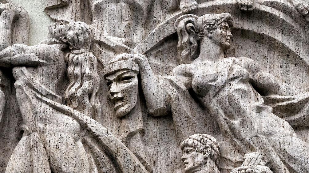 Relief auf einem Operngebäude in Bukarest