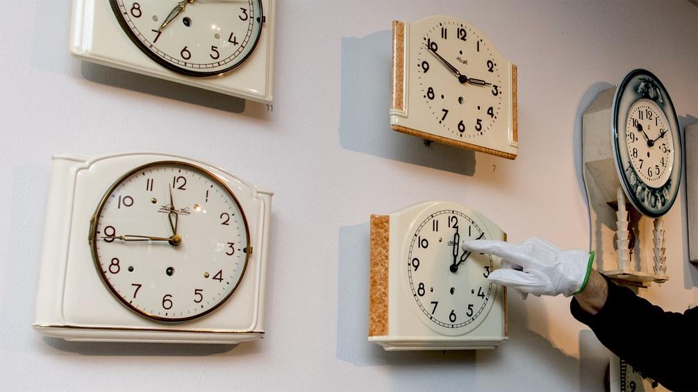 MAnn beim Einstellen von Uhren