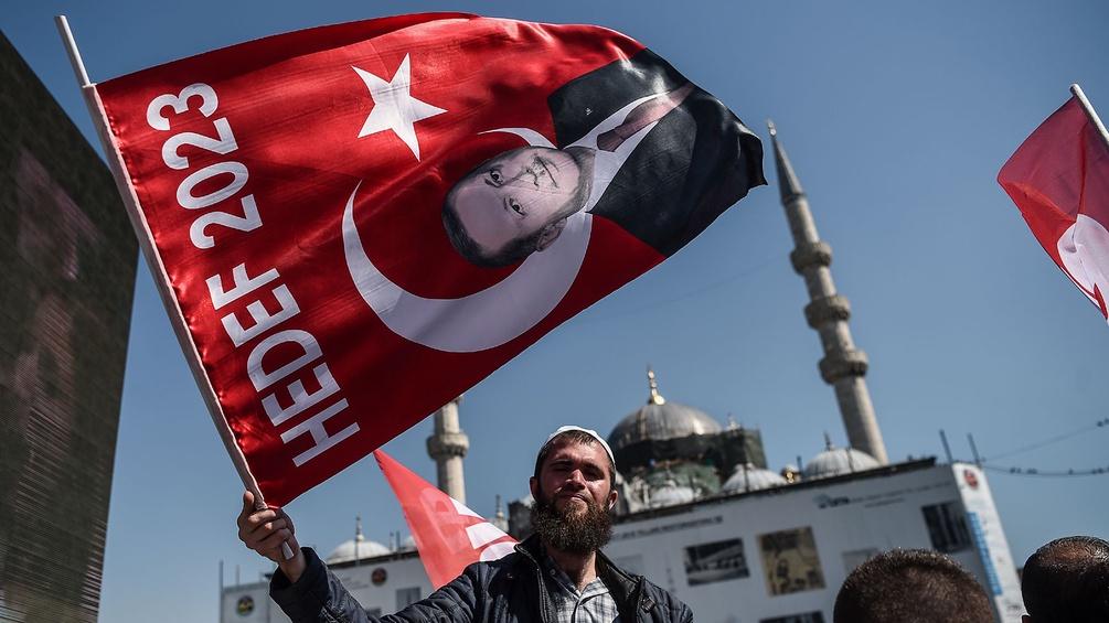 Mann mit Fahne in der Türkei