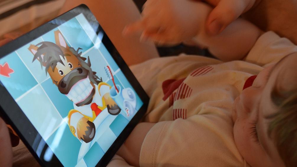 iPad mit Kleinkind